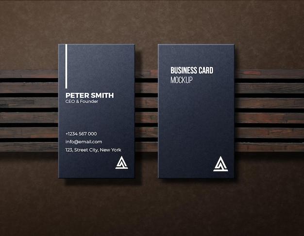 Maquette de carte de visite verticale de luxe sombre avec du bois