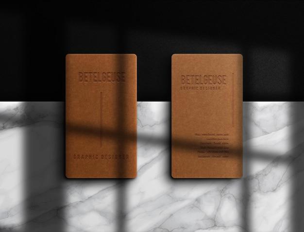 Maquette de carte de visite verticale en papier brun de luxe