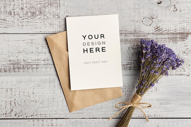 Maquette de carte de voeux avec bouguet de fleurs de lavande naturelles