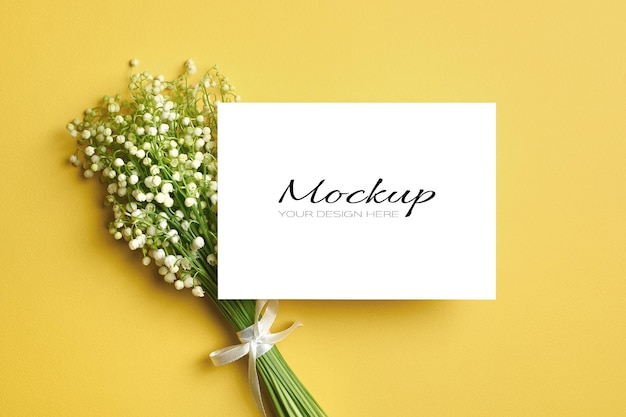 Maquette de carte de voeux avec bouquet de fleurs de muguet sur jaune