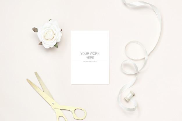 Maquette de carte de voeux avec des ciseaux d'or et un ruban