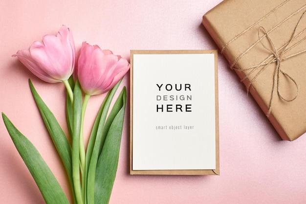 Maquette de carte de voeux avec enveloppe, boîte-cadeau et fleurs de tulipes roses