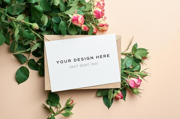 Maquette de carte de voeux avec enveloppe et bouquet de fleurs roses