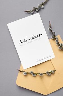 Maquette de carte de voeux avec enveloppe et brindilles de saule de printemps