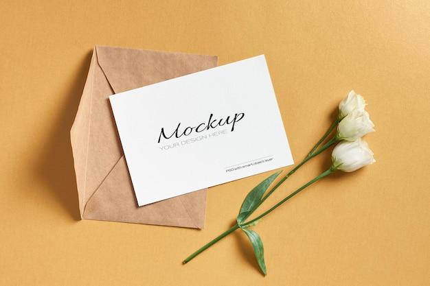 Maquette de carte de voeux avec enveloppe et fleurs d'eustoma blanches