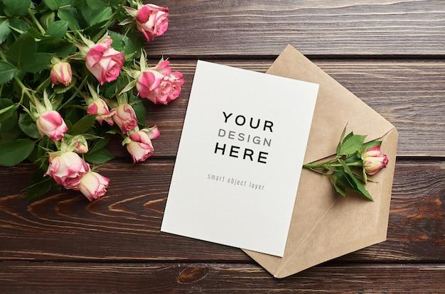 Maquette De Carte De Voeux Avec Enveloppe Et Fleurs Roses PSD Premium