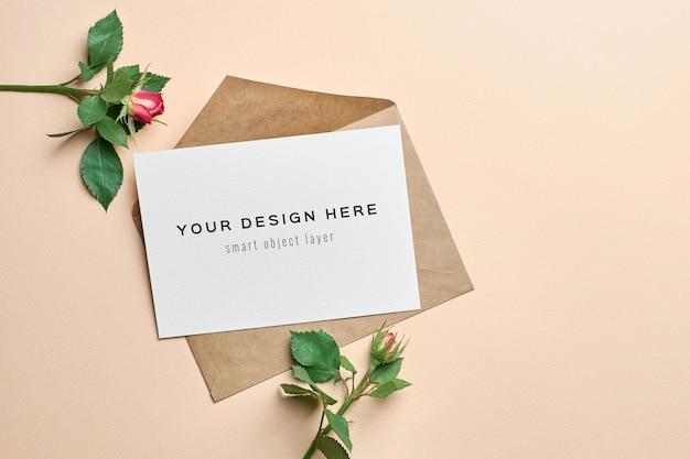 Maquette de carte de voeux avec enveloppe et fleurs roses