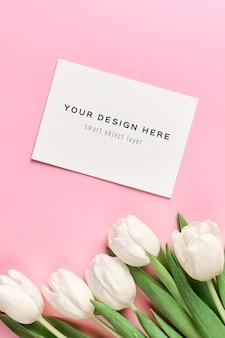 Maquette de carte de voeux avec enveloppe et fleurs de tulipes blanches