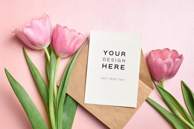 Maquette de carte de voeux avec enveloppe et fleurs de tulipes roses