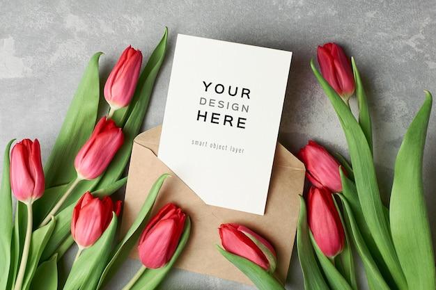 Maquette De Carte De Voeux Avec Enveloppe Et Fleurs De Tulipes Rouges PSD Premium