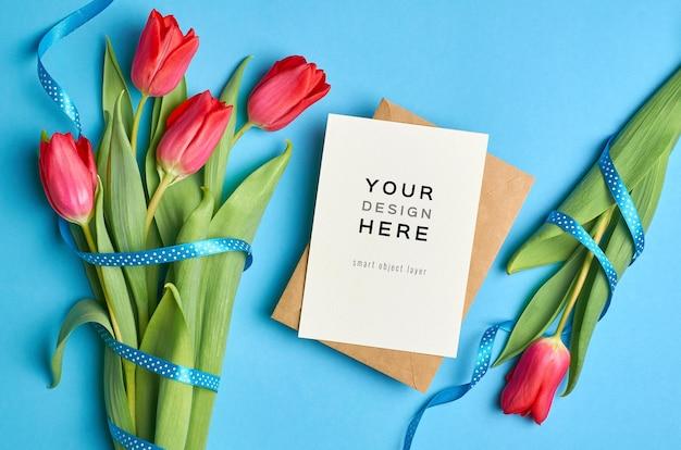 Maquette de carte de voeux avec enveloppe et fleurs de tulipes rouges