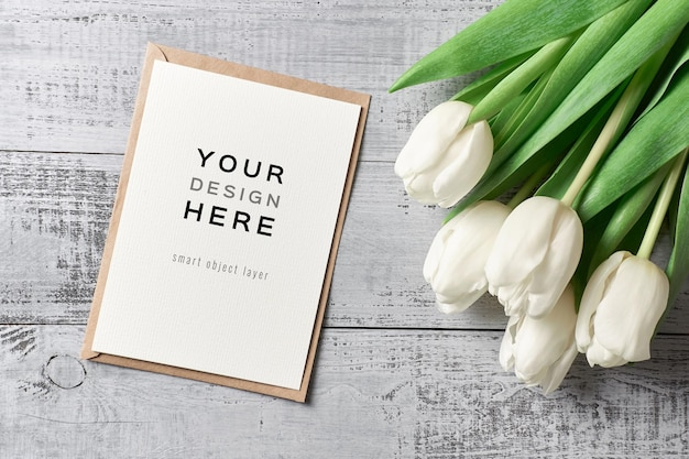 Maquette de carte de voeux avec enveloppe et fleurs de tulipes