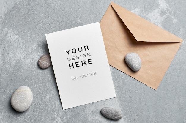 Maquette de carte de voeux avec enveloppe et pierres