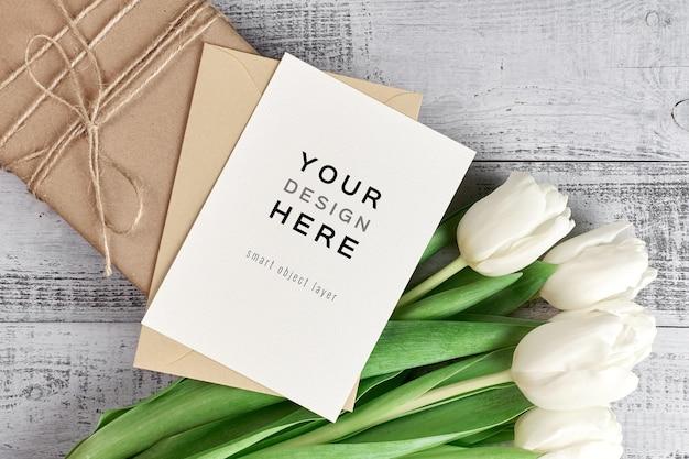 Maquette de carte de voeux avec fleurs de tulipes et boîte-cadeau