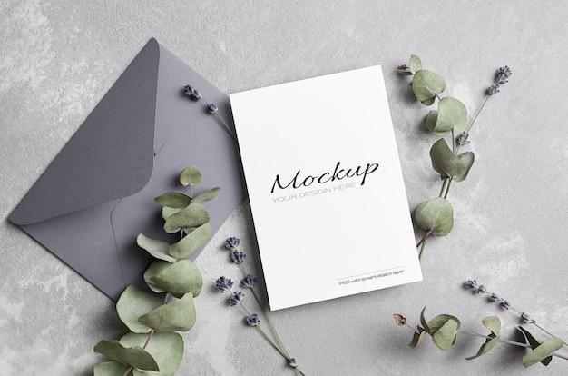 Maquette de carte de voeux ou d'invitation de mariage avec enveloppe, lavande et brindilles d'eucalyptus sèches