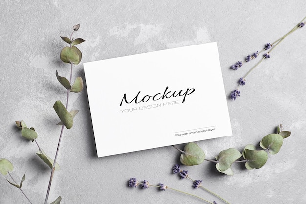 Maquette de carte de voeux ou d'invitation de mariage avec des fleurs de lavande sèche et d'eucalyptus