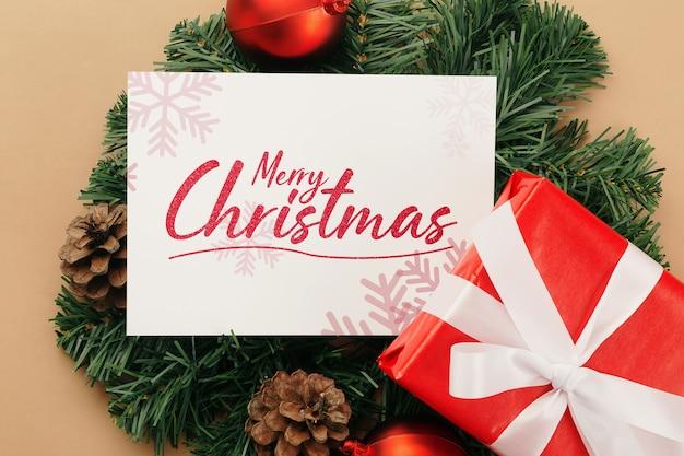 Maquette de carte de voeux joyeux noël avec des décorations de cadeaux de noël