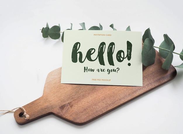 Maquette de carte de voeux sur planche de bois