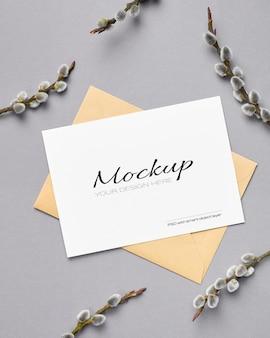 Maquette de carte de voeux de printemps avec enveloppe et brindilles de saule