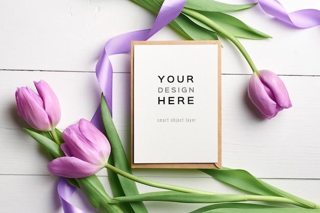 Maquette de carte de voeux avec des tulipes violettes et des rubans
