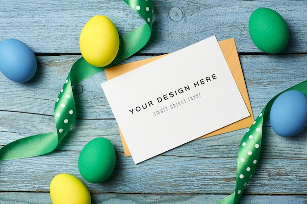 Maquette de carte de voeux de vacances de pâques avec des oeufs colorés et des rubans