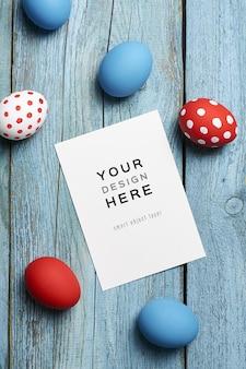 Maquette de carte de voeux de vacances de pâques avec des oeufs colorés