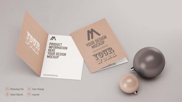 Maquette de cartes postales de noël à côté de boules de noël isolées