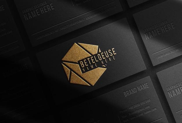 Maquette de cartes de visite noires en relief de luxe en or
