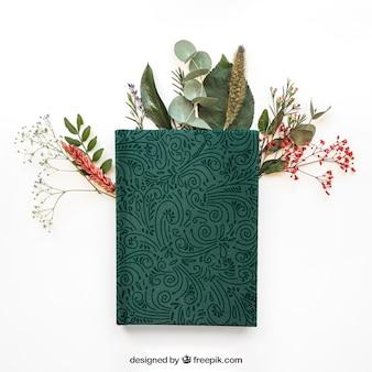 Maquette de concept de printemps avec livre sur feuilles