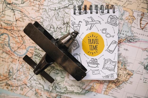 Maquette de concept de voyage vintage avec bloc-notes