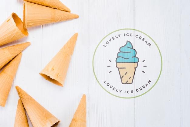 Maquette de cornet de crème glacée plate poser avec fond
