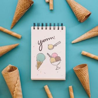 Maquette de crème glacée avec bloc-notes