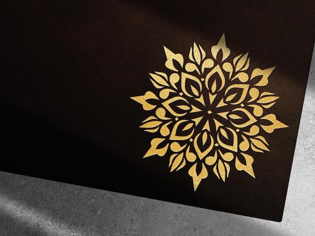 Maquette en cuir de luxe avec logo en relief en or