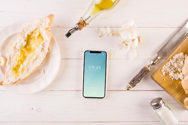 Maquette de cuisine espagnole traditionnelle avec smartphone
