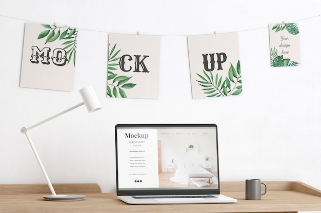 Maquette décorée de salle d'artiste avec ordinateur portable