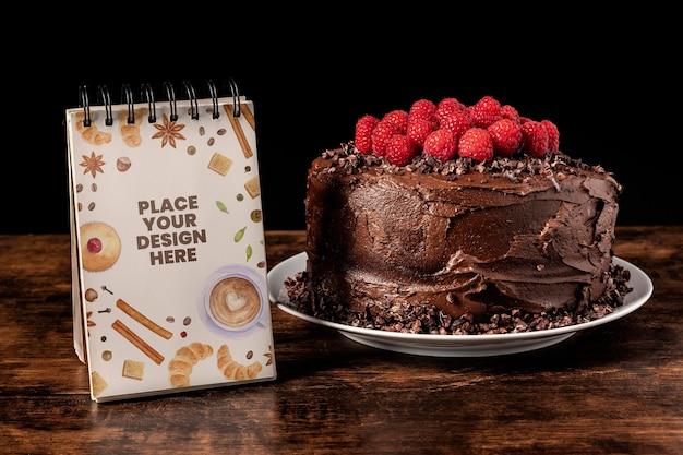 Maquette de délicieux gâteau au chocolat aux framboises