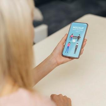 Maquette de distance sociale sur téléphone