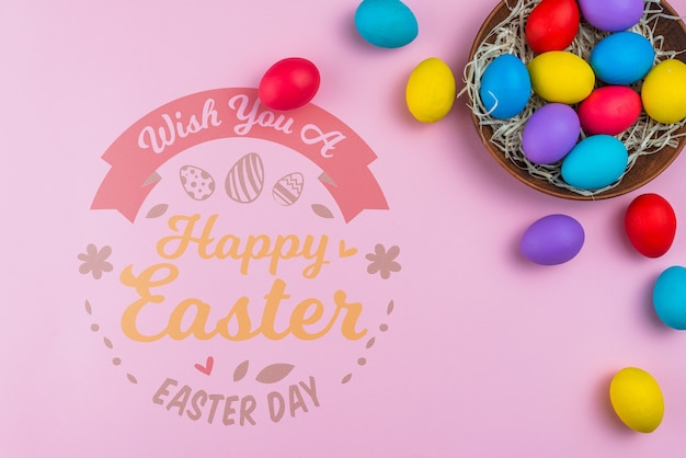 Maquette du jour de pâques avec des oeufs colorés