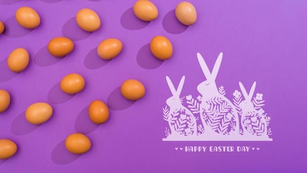 Maquette du jour de pâques avec des oeufs et des lapins
