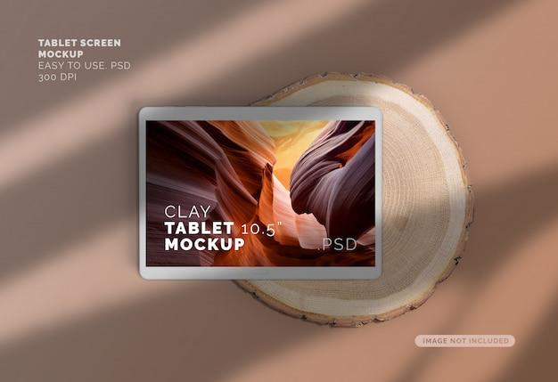 Maquette d'écran d'argile sur une tranche de bois avec une ombre