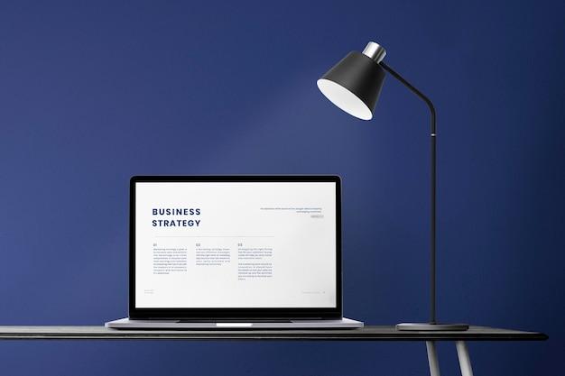 Maquette d'écran d'ordinateur portable psd sur une zone de bureau à domicile rétro de bureau