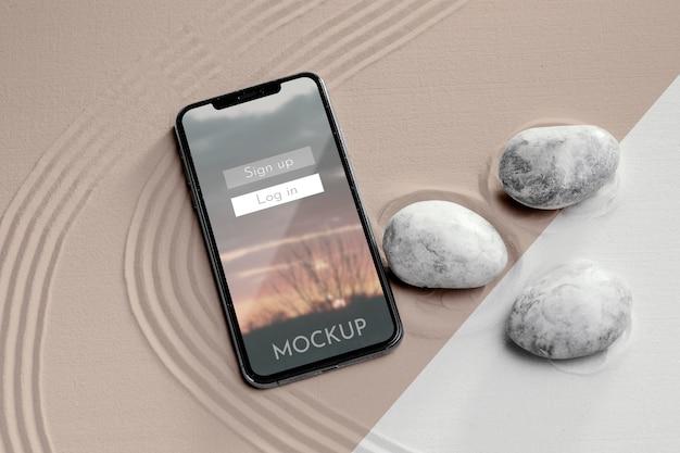Maquette d'écran de smartphone dans le sable