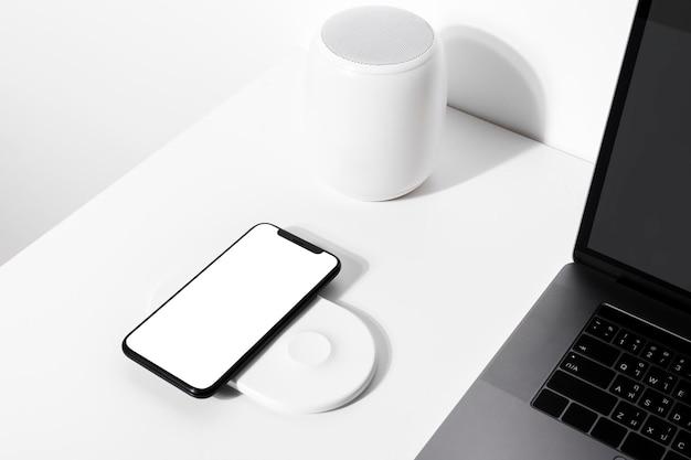 Maquette d'écran de smartphone psd avec chargeur sans fil technologie future innovante