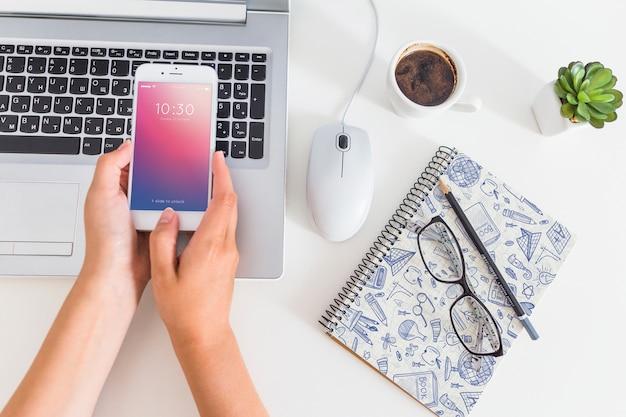 Maquette de l'espace de travail avec ordinateur portable et smartphone