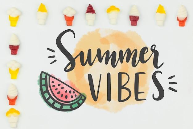 Maquette estivale plate avec fond et crème glacée