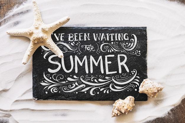 Maquette d'été avec ardoise sur sable