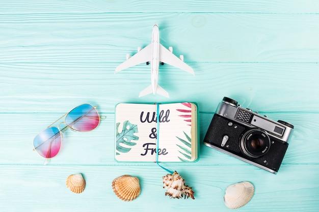 Maquette d'été à plat avec bloc-notes