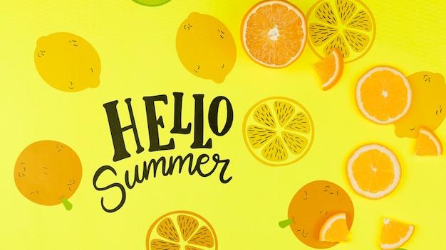 Maquette d'été à plat avec fond et tranches de fruits