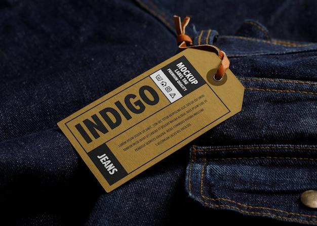 Maquette d'étiquette d'étiquette sur un vêtement en jean