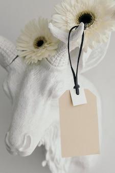 Maquette d'étiquette sur une tête de cerf décorée de fleurs